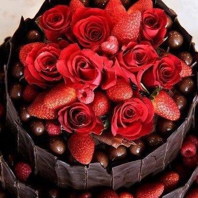 Decoracion de Torta de Flores Naturales y Fresas